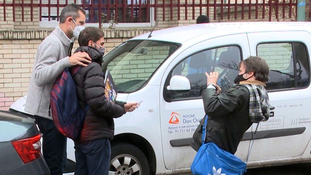 Urdangarin, haciéndose un selfie a la salida del voluntariado en Pozuelo de Alarcón