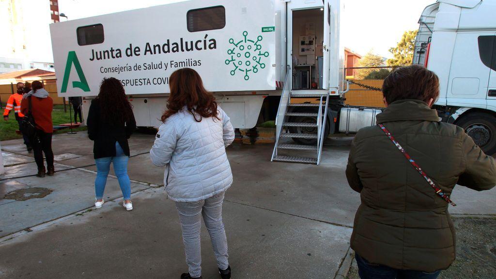 España suma 34.899 contagios y la incidencia baja por primera vez desde el año pasado