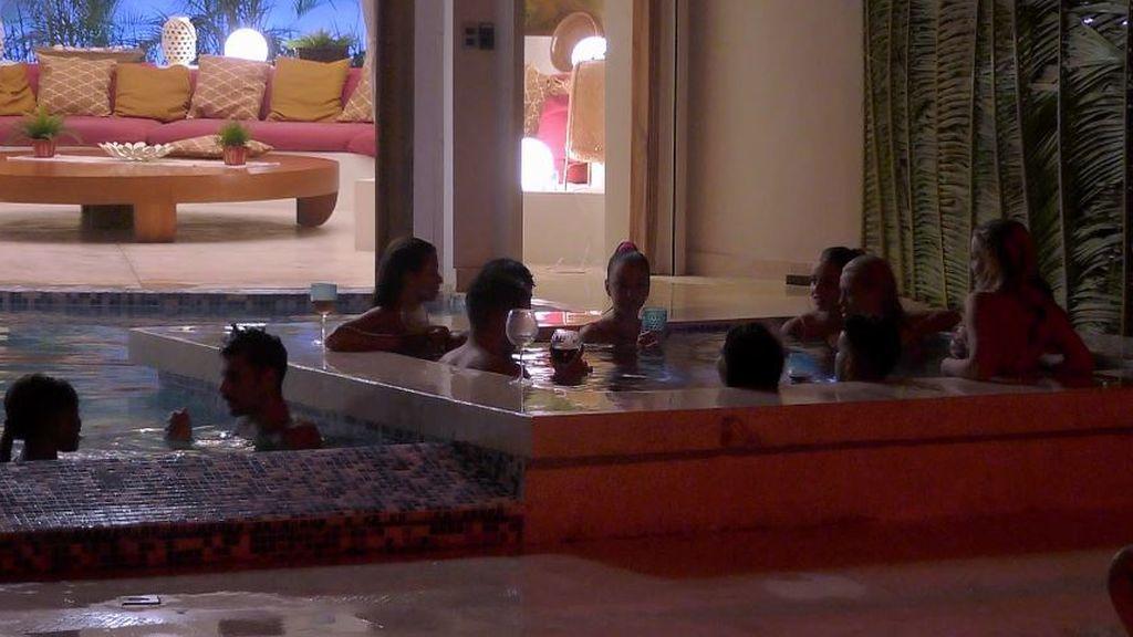 Los chicos, con las solteras en el jacuzzi de Villa Playa