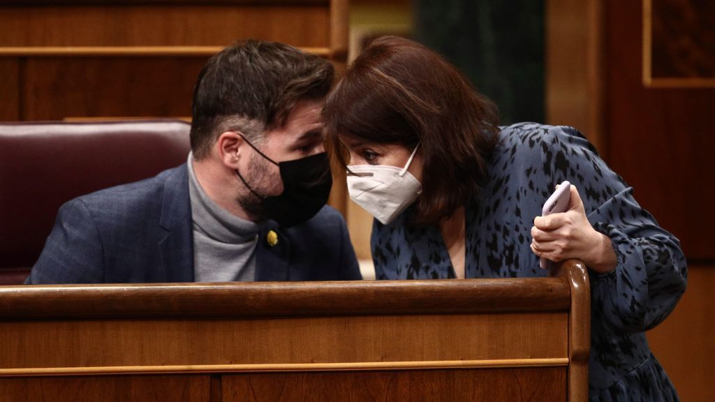 Gabriel Rufián y Adriana Lastra conversan en el pleno del Congreso