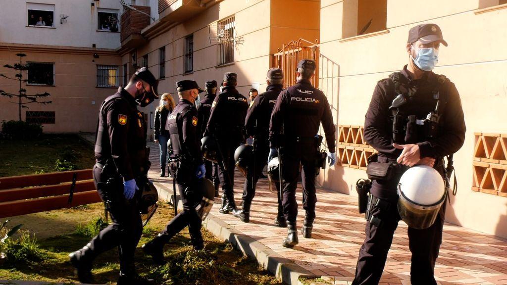 La comitiva judicial se dirige a uno de los bloques ocupados