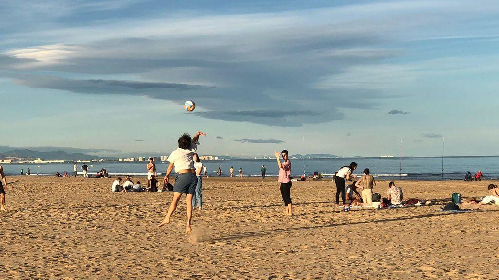 Valencia roza el récord de temperaturas en un mes de enero y echa a los valencianos a las playas