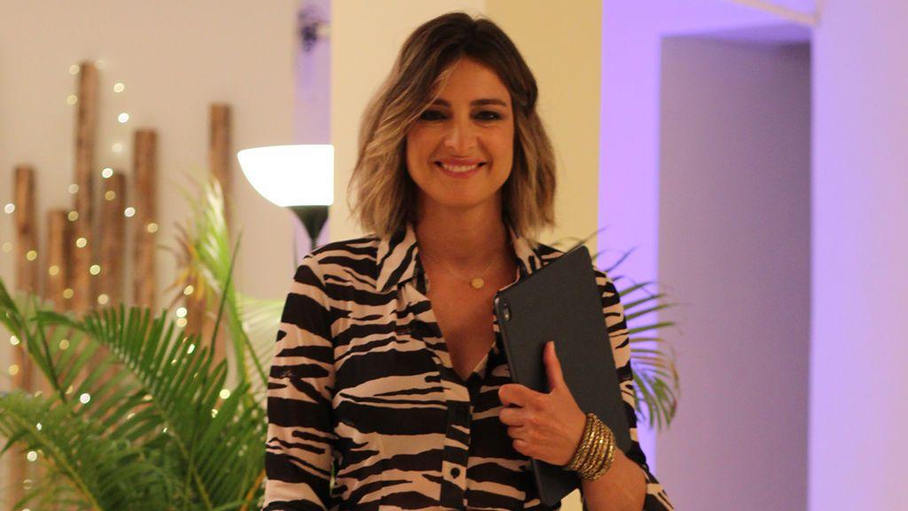 El espectacular look de Sandra Barneda en su visita a Villa Playa: así fue el primer día en el que tuvo que enseñar imágenes