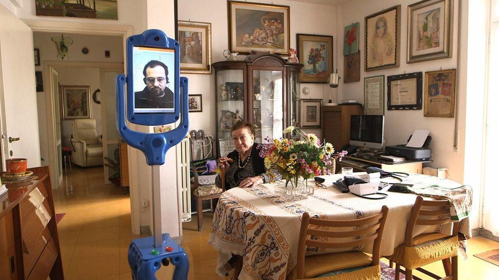 Lea Mina Ralli en su casa con el robot GiraffPlus. Comisión Europea