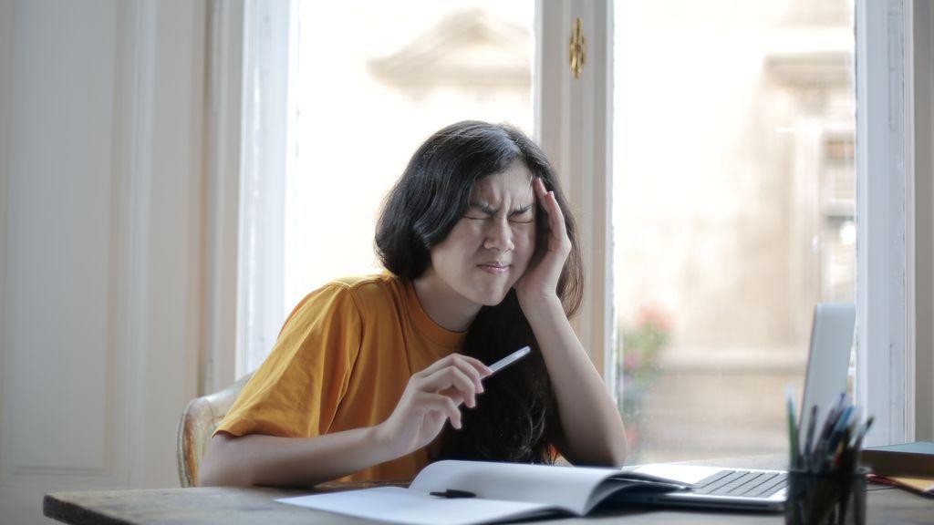 Dolores de espalda y el cuello: cómo evitar las lesiones si trabajas desde casa