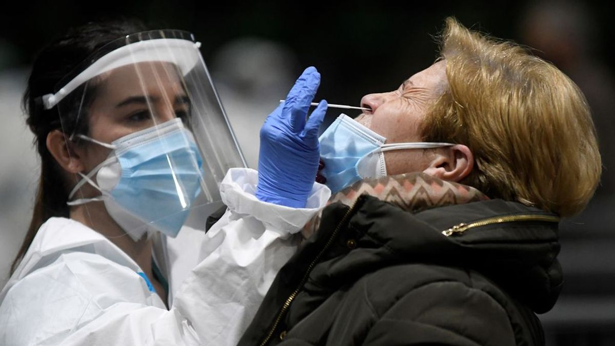 España suma 38 118 nuevos casos de coronavirus, 513 fallecidos y la incidencia desciende tres puntos