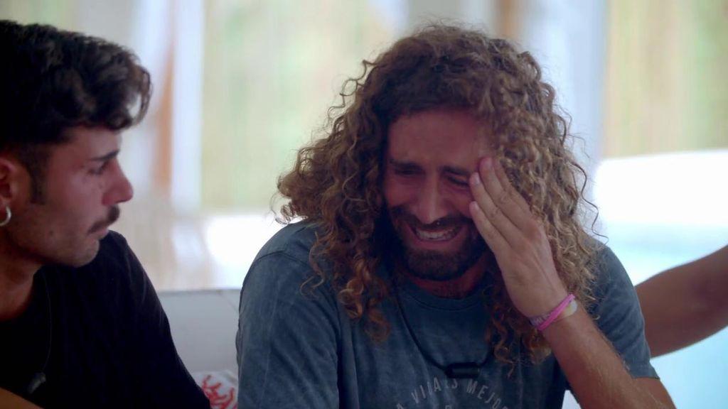 Raúl se derrumba llorando