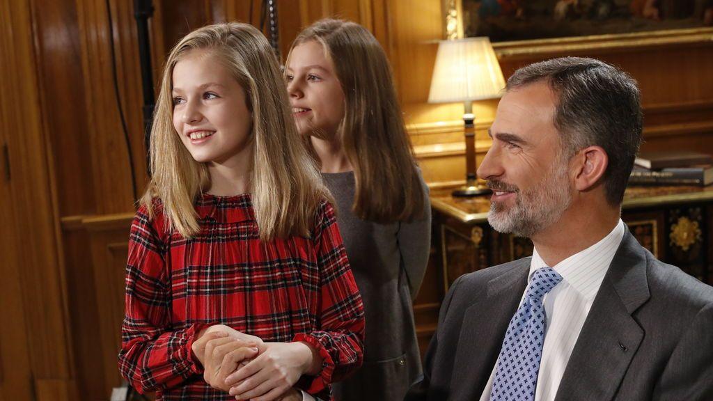 El rey Felipe VI junto a sus hijas, Leonor y Sofía , en su despacho.
