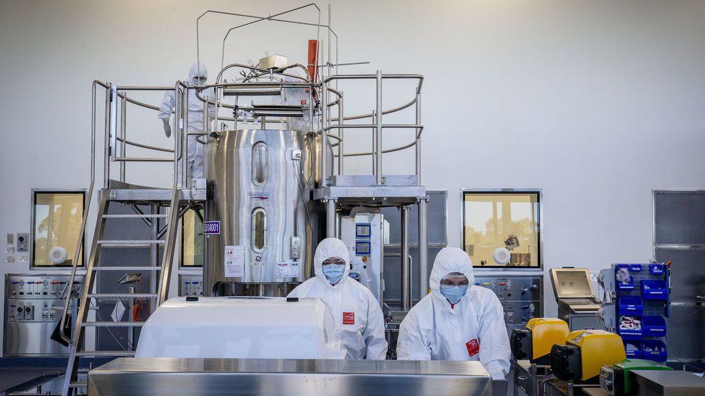 Cómo se producen las vacunas: AstraZeneca atribuye sus problemas al bajo rendimiento de una fábrica
