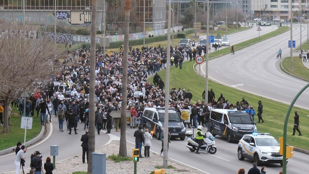 Unas 1.000 personas a pie se manifiestan para exigir la reapertura de la hostelería