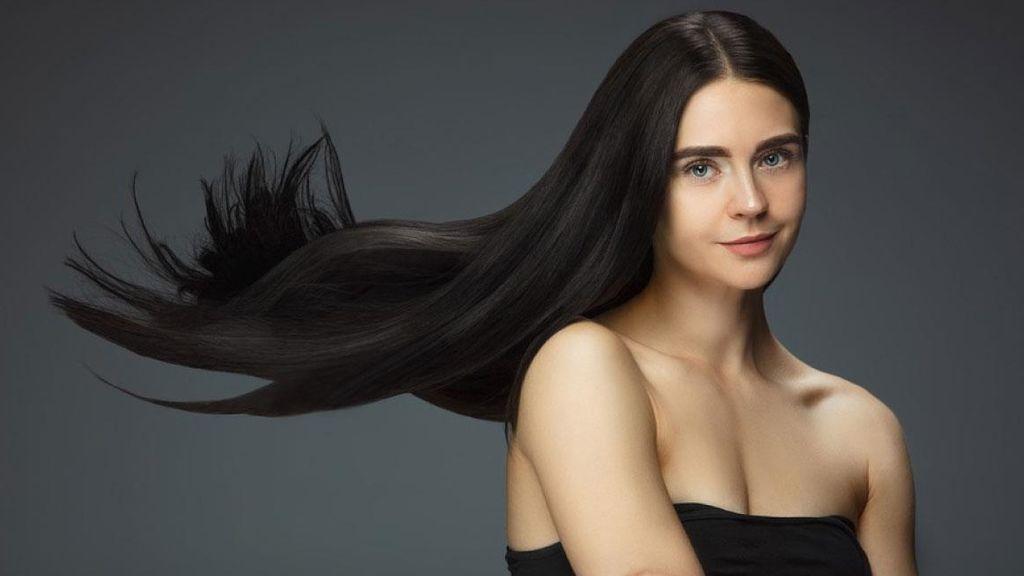 Para saber qué le pasa a tu cabello, lo más recomendable será que te hagas una prueba de porosidad en casa.