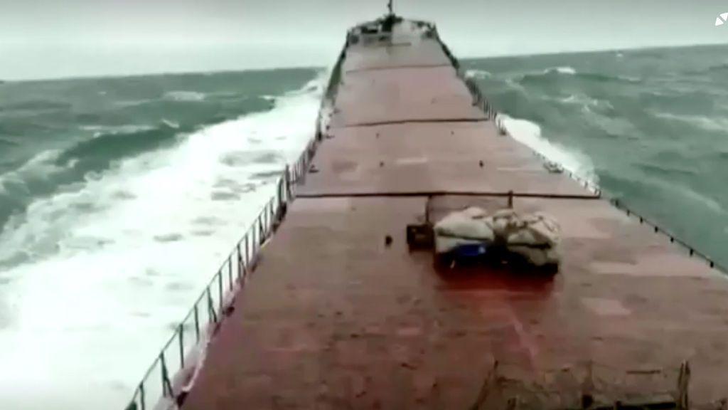 Una cámara recoge el momento en que una ola parte por la mitad un buque mercante en el Mar Negro