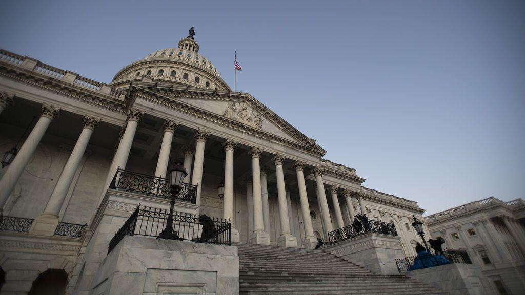 Los demócratas impulsan una ley para prohibir que los congresistas lleven armas de fuego dentro del Capitolio