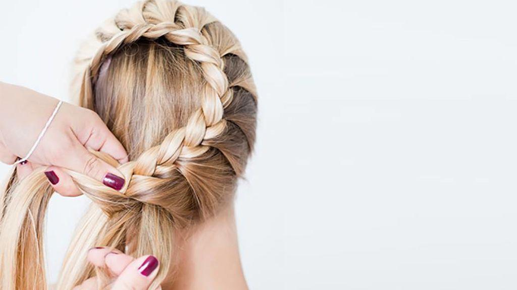 Una manera fácil de lograr las ondulaciones en el pelo será con unas trenzas.