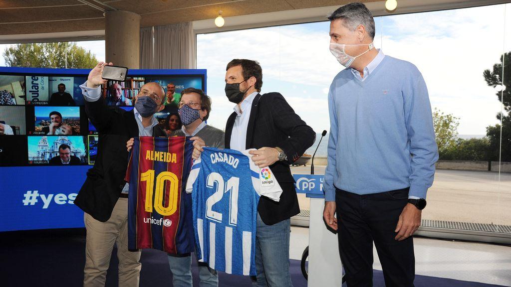 Almeida y Casado posan con las camisetas del Barça y el Espanyol