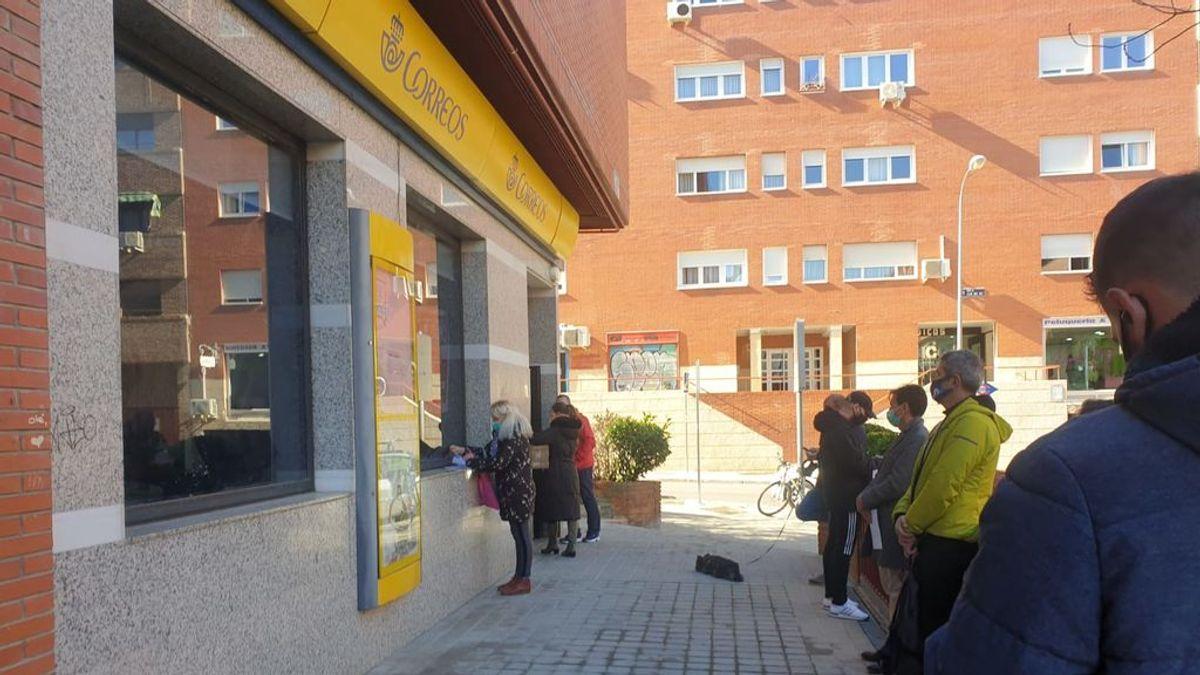Largas colas en las oficinas de Correos tras caer el sistema informático