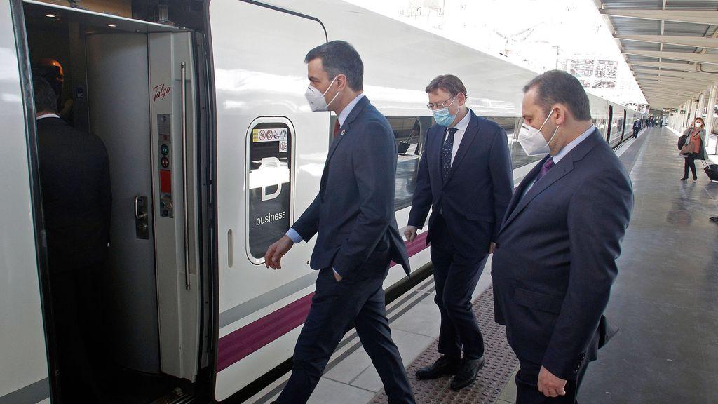 Pedro Sánchez, en el viaje inaugural del AVE Madrid-Elche-Orihuela