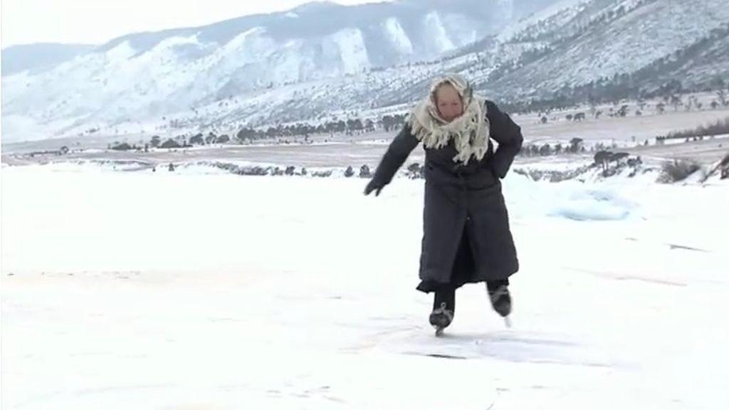 La abuela rusa de 79 años que patina sobre un lago congelado en Siberia