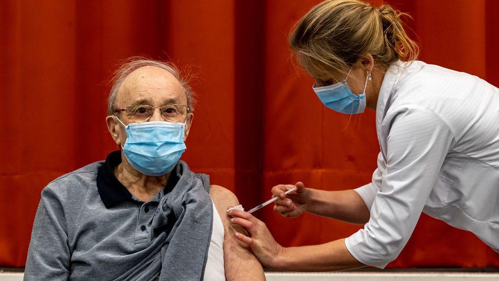 Andalucía hará vacunaciones masivas  a los mayores de 80 años en estadios y grandes superficies