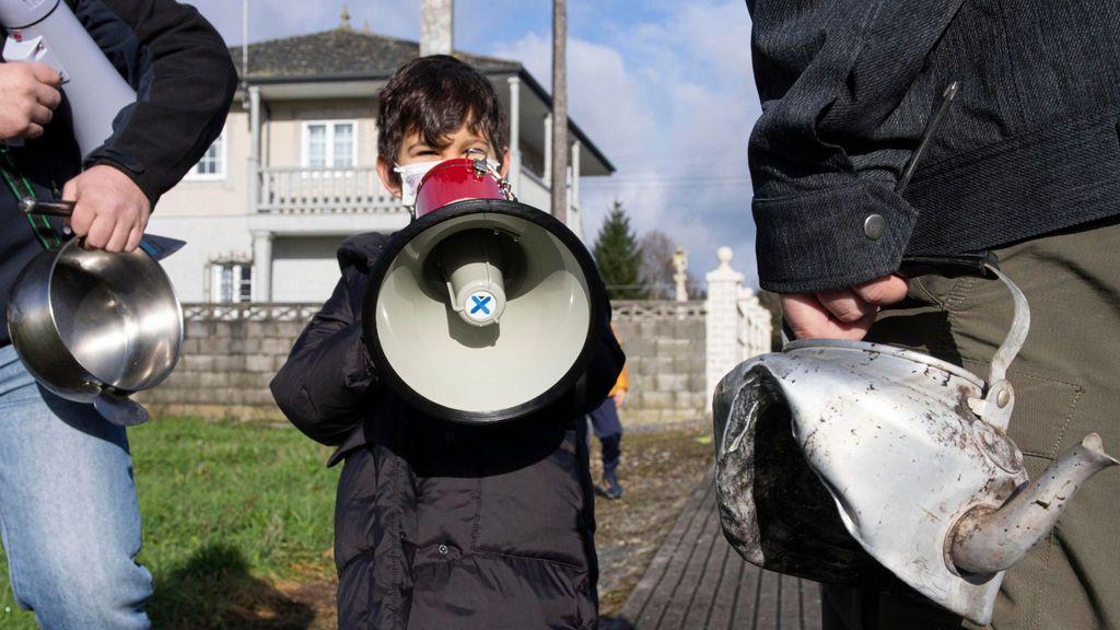 Leo, de 5 años, con un megáfono en una de las protestas.