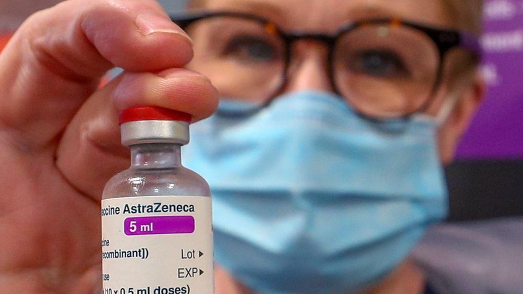 Garantías o rapidez: razones y riesgos de prescindir de Astrazeneca en España para vacunar a los mayores de 65 años
