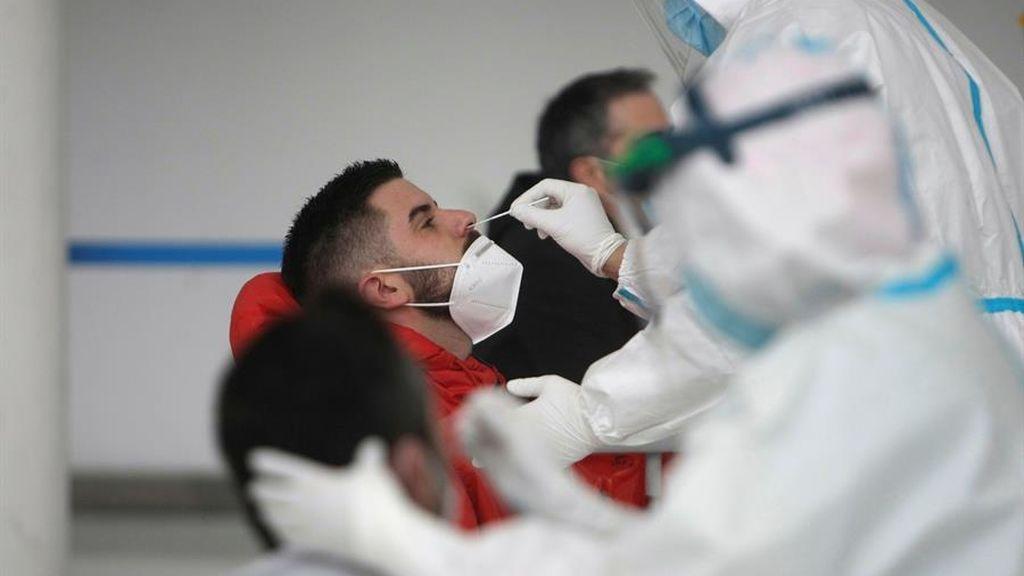 Sanitario realizando una PCR