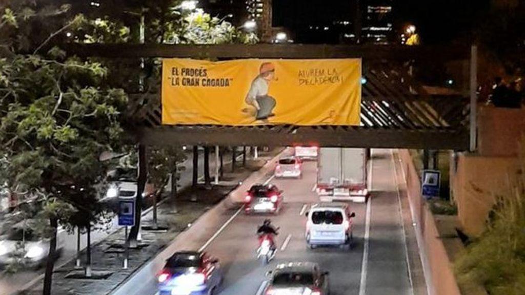"""Sociedad Civil Catalana cuelga carteles con un 'caganer' para calificar al 'procés' como """"la gran cagada"""""""