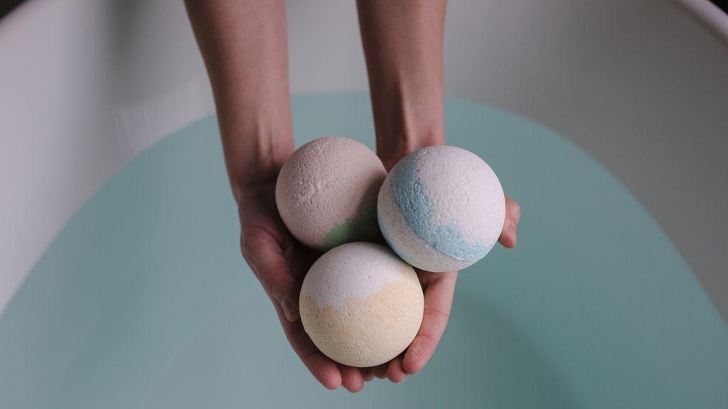 Puedes regalar bombas de baño para disfrutar de un día de relax en pareja.