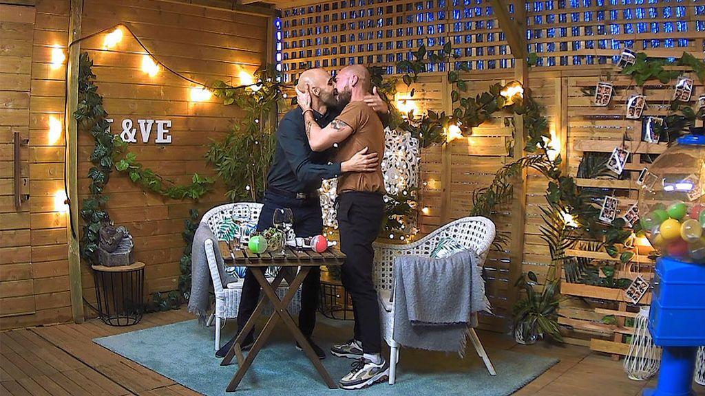 José y Sergio se besan en 'First Dates'