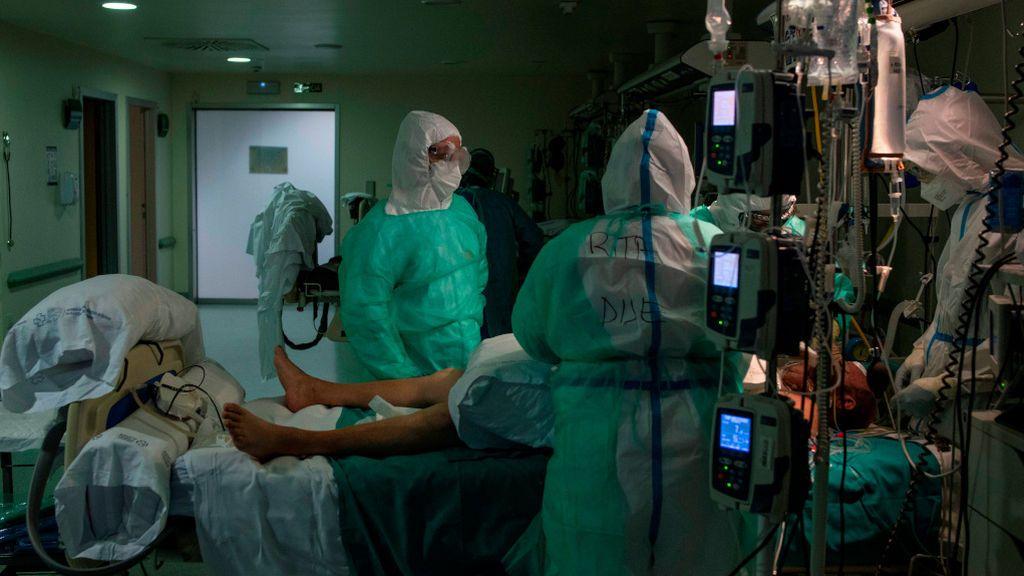 Tres sanitarios con un paciente en el Complejo Hospitalario Universitario de Ourense.