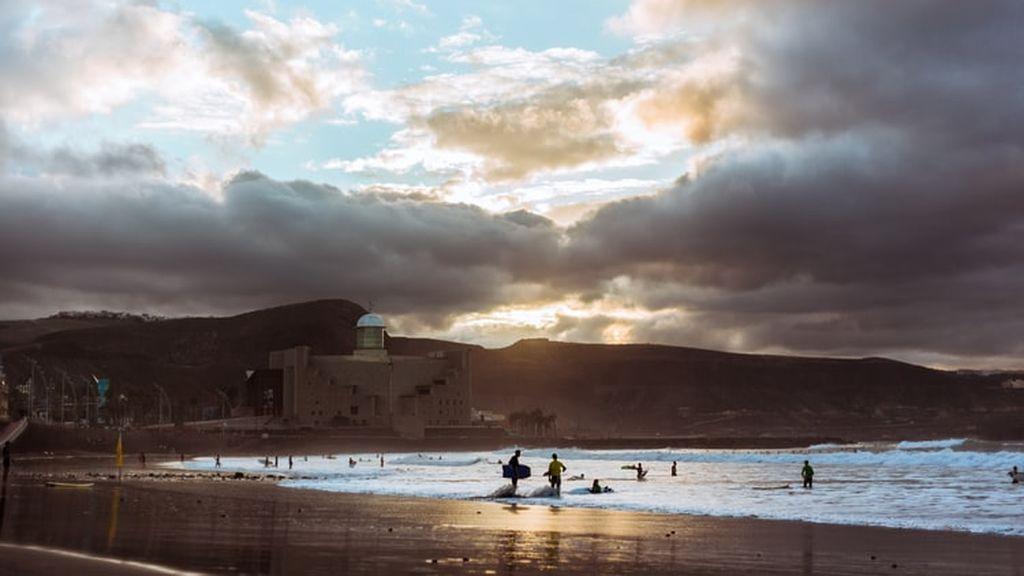 Se invierte el tiempo: aire cálido y calima en la Península y viento frío y nieve para las Canarias