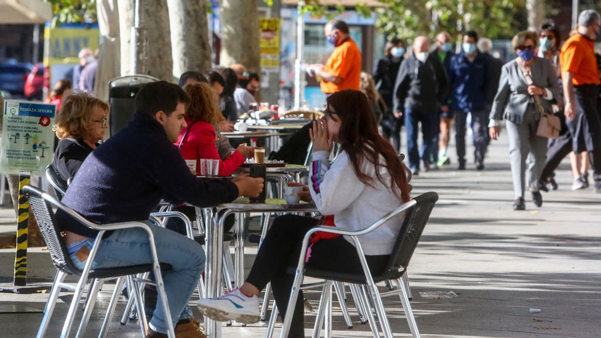 EuropaPress_3369546_comensales_disfrutan_terrazas_ubicadas_establecimientos_paseo_prado_via