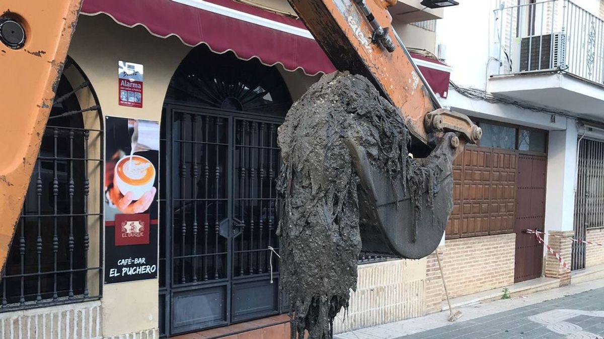 Una gran bola de toallitas higiénicas obliga a levantar una avenida en un pueblo de Sevilla
