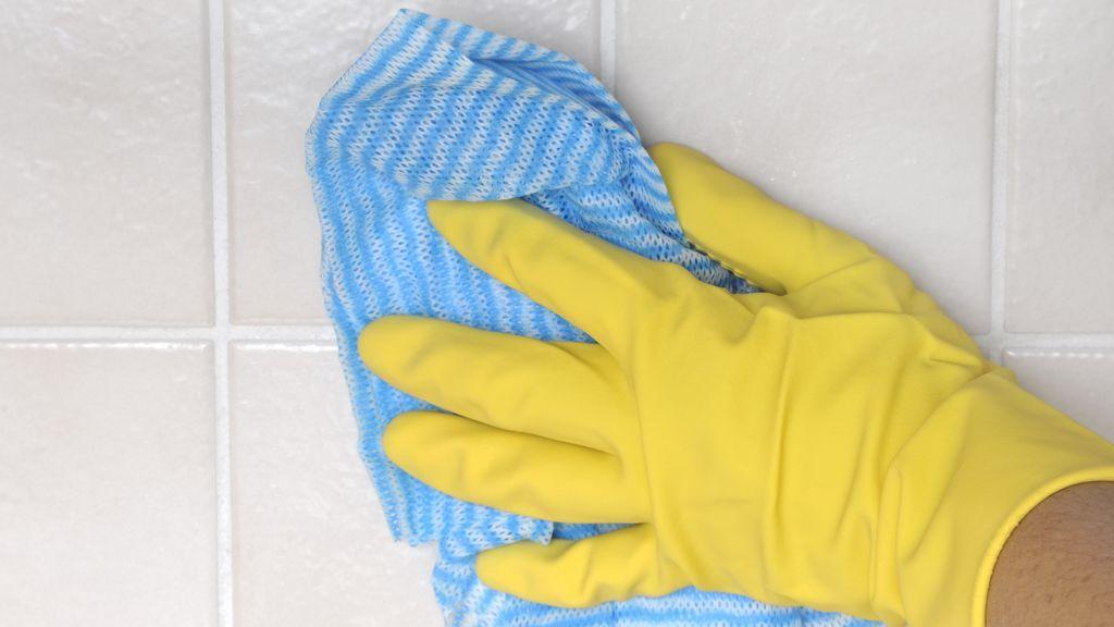 Cuatro sencillos trucos para mantener tus azulejos brillantes con poco esfuerzo