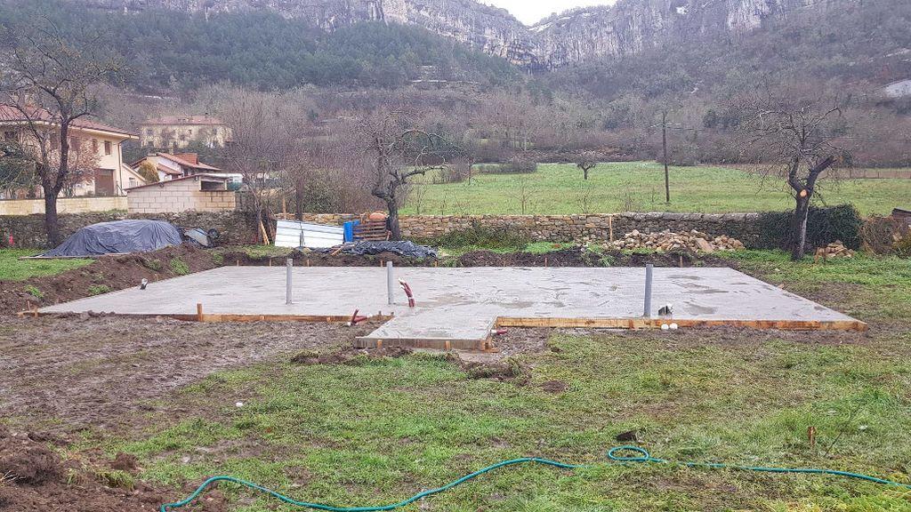 El próximo mes de abril, Elsa tendrá su casa prefabricada colocada sobre esta base de cemento.
