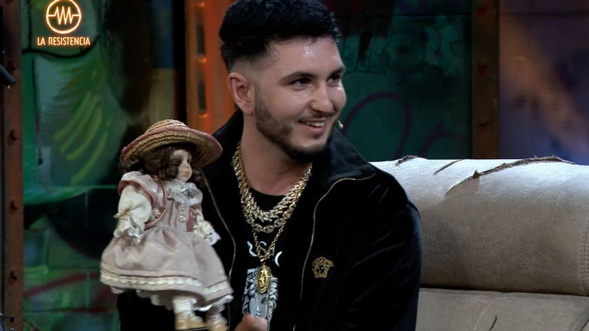 Omar Montes regala a Broncano una muñeca que robó a Isabel Pantoja