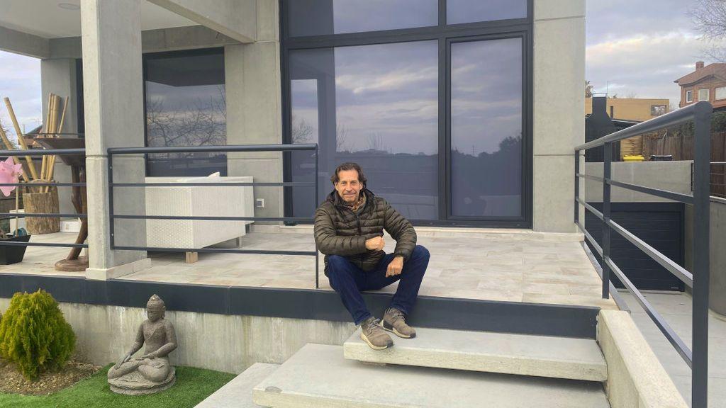 Sergio Frenkel, sentado en las escaleras de acceso a su vivienda.