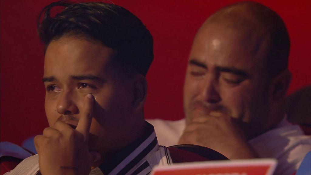 Familiares de otros desaparecidos, emocionados durante la actuación.