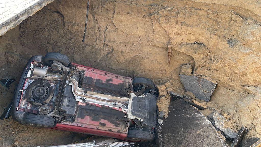 Herido leve al caer con su coche en un socavón en Majadahondae
