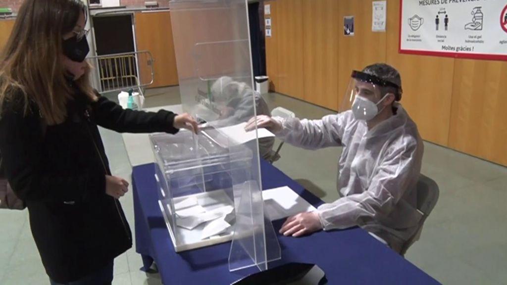 """Elecciones catalanas: privar del derecho al voto a los contagiados por covid es """"imposible"""", según la JEC"""