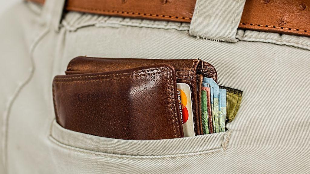 Un hombre recupera su cartera, que perdió en una misión en la Marina, 53 años después