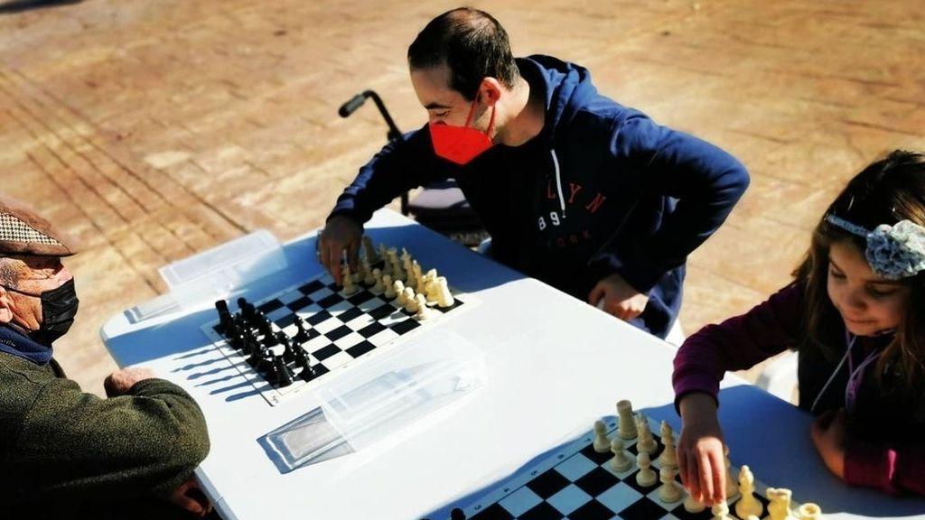 Vecinos de Huétor Tájar (Granada) juegan al ajedrez