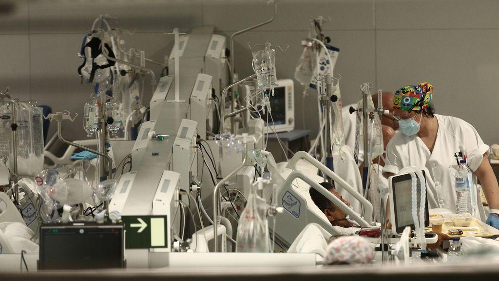 Una enfermera trata a un enfermo en el Hospital de Emergencias Isabel Zendal, Madrid