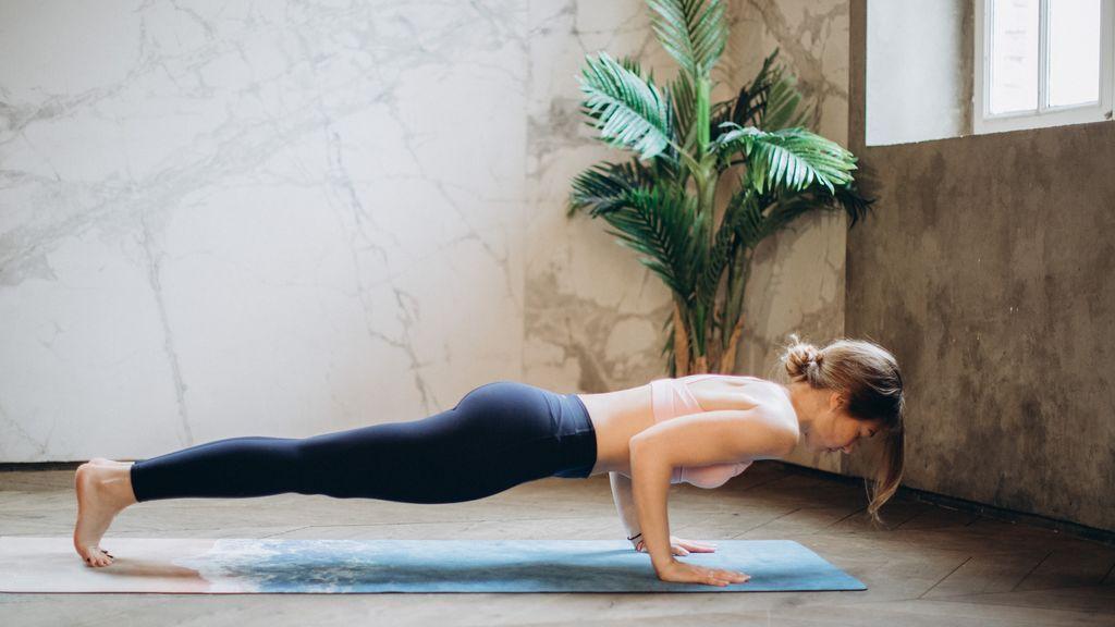 Hacer deporte en casa: cuatro ejercicios para mantenerte activo y en forma