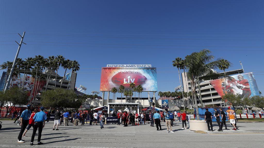 Publico en el Estadio Raymond James varias horas antes del inicio de la el Super Bowl