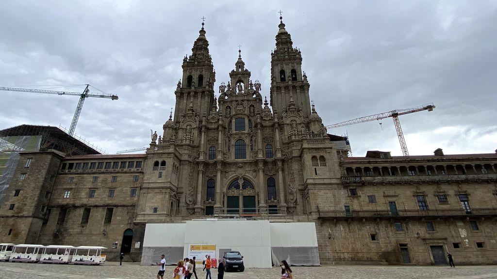 EuropaPress_3217167_algunos_peregrinos_turistas_catedral_santiago_praza_do_obradoiro