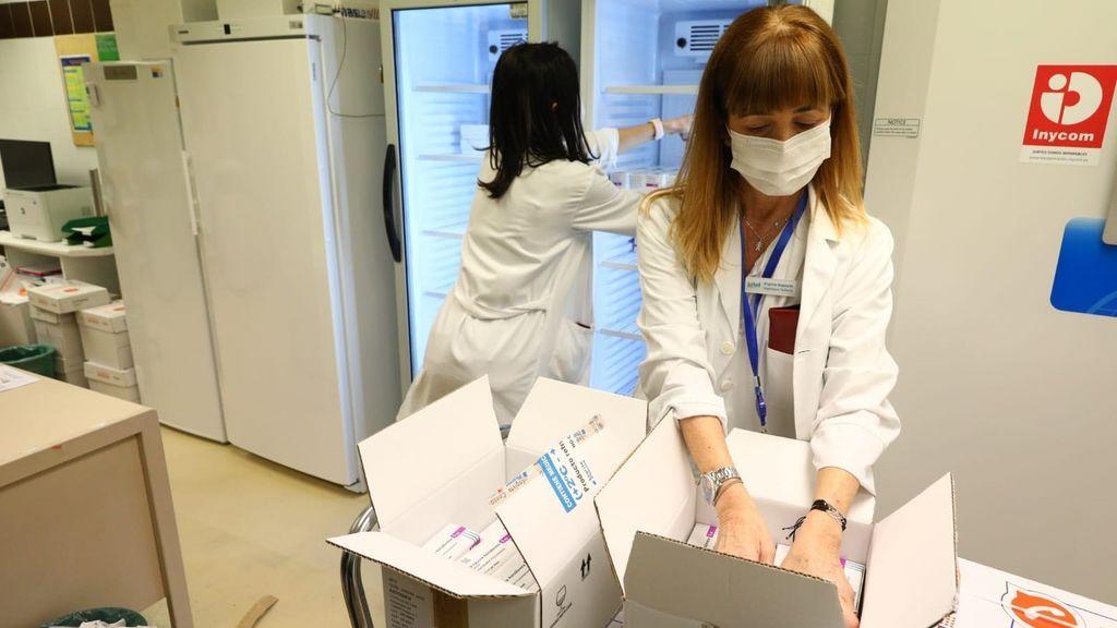 La vacuna de AstraZeneca ya se distribuye en la península y mañana en las islas