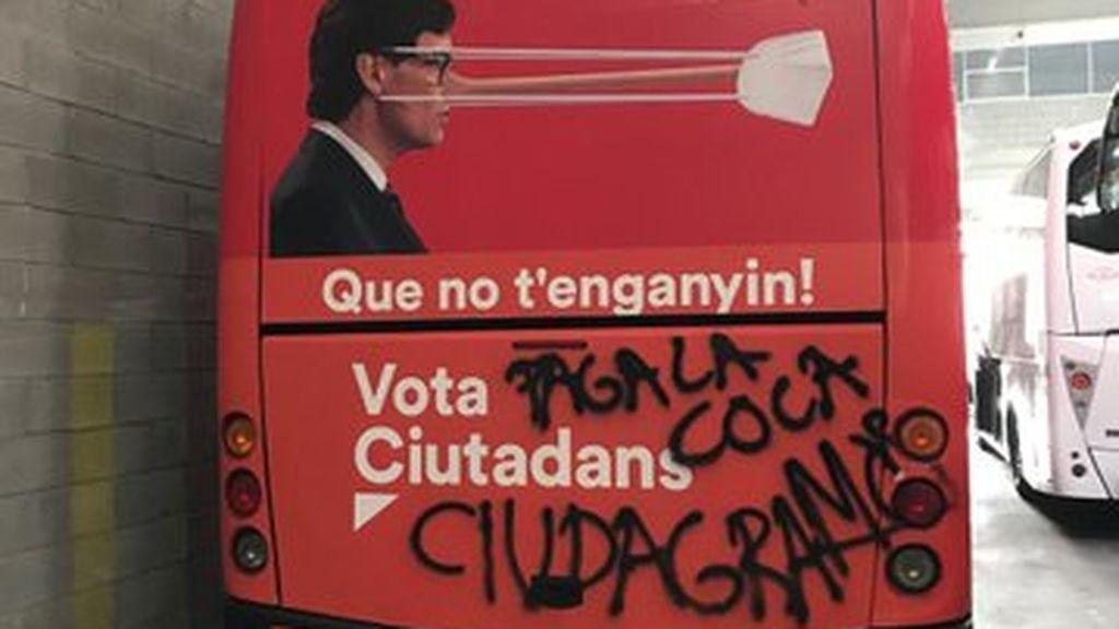 """""""Ciudagramos"""", atacan con pintadas el autobús electoral de Ciudadanos en Girona"""