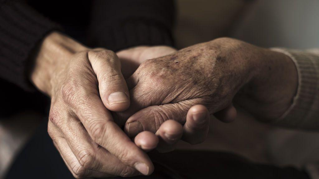 Una pareja de ancianos se despide en el hospital antes de fallecer por coronavirus