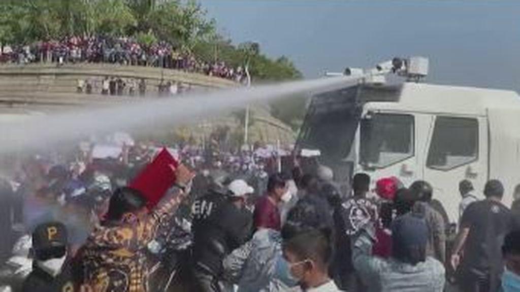 Protestas en Birmania: cañones de agua para dispersar a los manifestantes